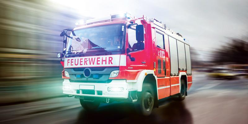 Feuerwehrauto im Einsatz mit Blaulicht